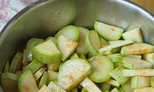Салат из огурцов и кабачков на зиму Пальчики оближешь